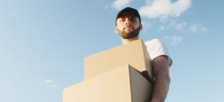 movers Altamonte Springs carrying cardboard boxes